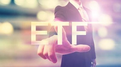 ETF, Exchange Trade Funds, ein Geschäftsmann zeigt auf ETF