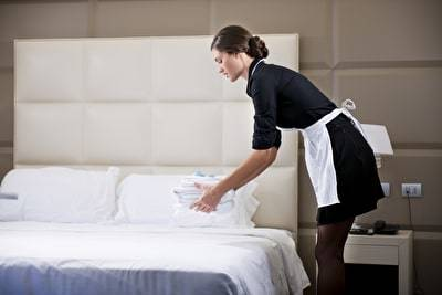 Hausfrauen-Börse, Dienstmädchenhausse, Dienstmädchen macht Bett
